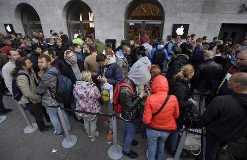 dozens-upon-dozens-of-people-waited-in-line-in-berlin-to-get-the-iphone-6